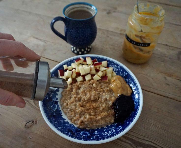 Luksus morgengrød med kanelsukker, æbletern, dulce de leche og blåbærcoulis
