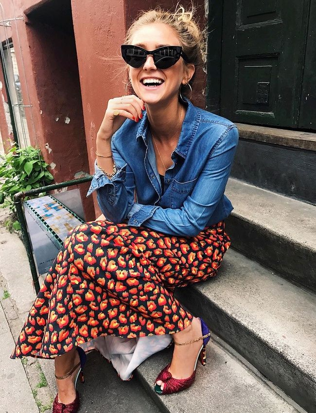 Jupe imprimée sophistiquée + chemise en jean + éclat de rire = le bon mix (jupe Won Hundred - photo Emili Sindlev)