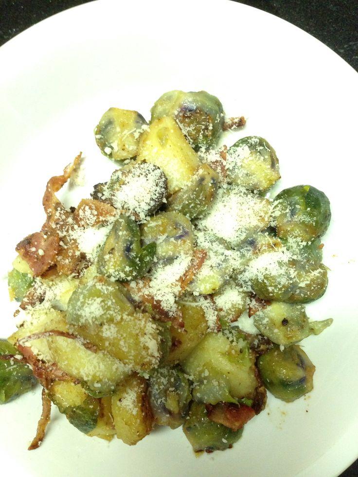 paarse spruiten, het is eens wat anders. hier gebakken met aardappelen, spek. afgewerkt met grano padano.