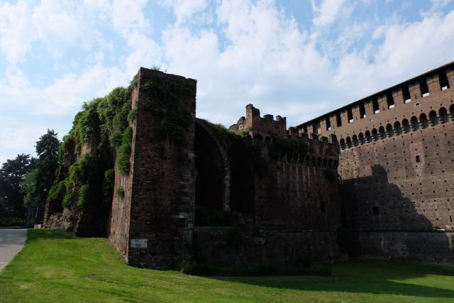 http://www.thetechgypsy.com/milan-on-a-shoestring-how-to-see-the-sights-without-breaking-the-bank/ #milan #italy #europe #travel #wanderlust #thetechgypsy #sforzacastle