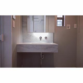 洗面はカウンターとミラー収納のみとしました。 カウンターはcorianのレインクラウドで壁面の立ち上がりも同材で。 壁付混合栓にしました。 #狭小住宅 #超狭小住宅 #狭小洗面所 #造作洗面台 #corian #レインクラウド #sanwacompany #サンワカンパニー #paffoni #villeryandboch #williammorris #myhome #simplehome #simplehomestyle #注文住宅 #シンプルホーム #kishihome #roomclip #暮らし #interior #interiordesign #インテリア #インテリアデザイン