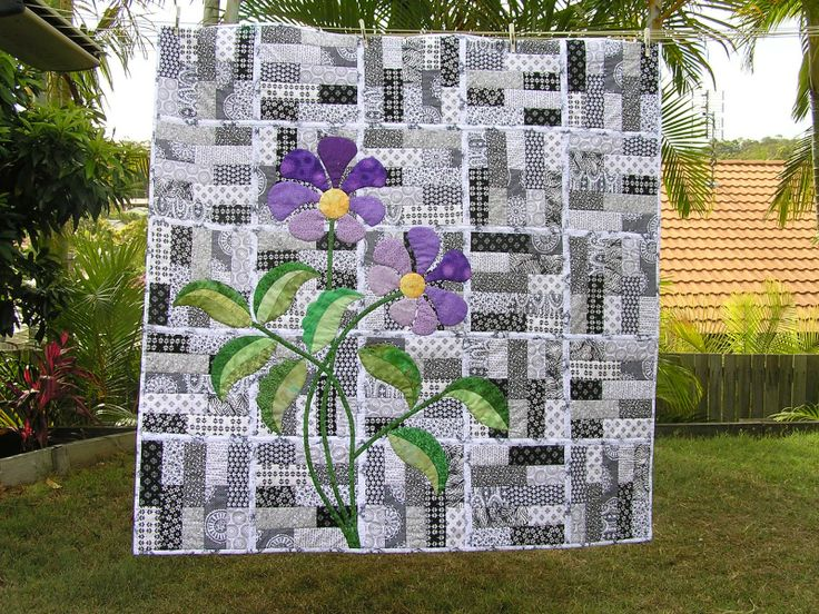 black & white string quilt with purple applique flower | found at quiltswithlyn.blogspot.com