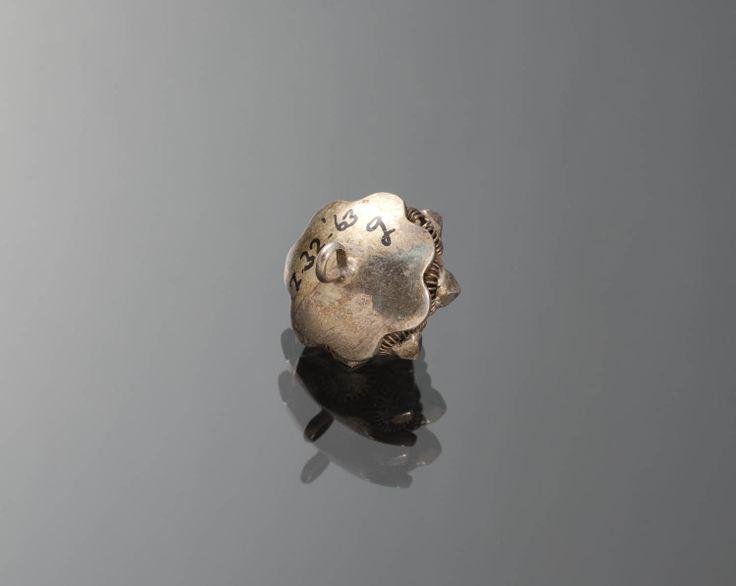 18 zilveren knopen, waarvan 2 vermaakt tot manchetknoop, Staphorst, 1890-1924. De 18 knopen zijn gebruikt als sluiting van een hemdrok, en gedragen door een man of jongen bij de kerkdracht of gelegenheidskleding. #Overijssel #Staphorst