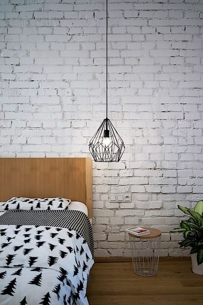 Noční stolky jsou vyrobené z drátěných košů na papír a dřevěných desek uříznutých na míru.