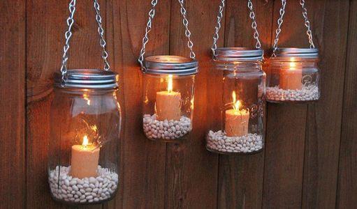 Praxis | Buitenverlichting aan je schutting met potten, steentjes en kaarsen.