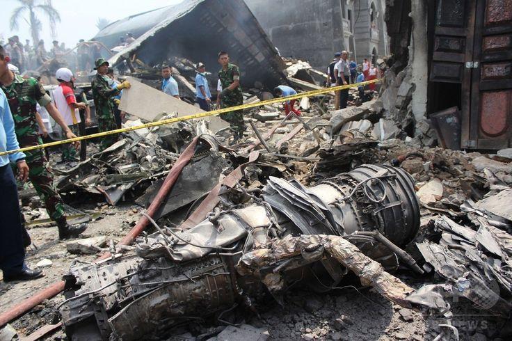 インドネシア・スマトラ島、メダンの住宅地に墜落したインドネシア軍の輸送機ハーキュリーズの残がい(2015年6月30日撮影)。(c)AFP/ATAR ▼30Jun2015AFP|住宅街に軍輸送機墜落、死者110人超の恐れ インドネシア http://www.afpbb.com/articles/-/3053212