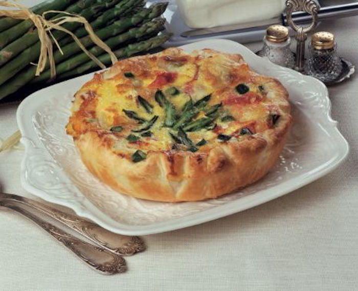 La crostata capricciosa con punte di asparagi è una gustosa ricetta che si prepara stendendo la pasta in una teglia e cuocendola in forno per