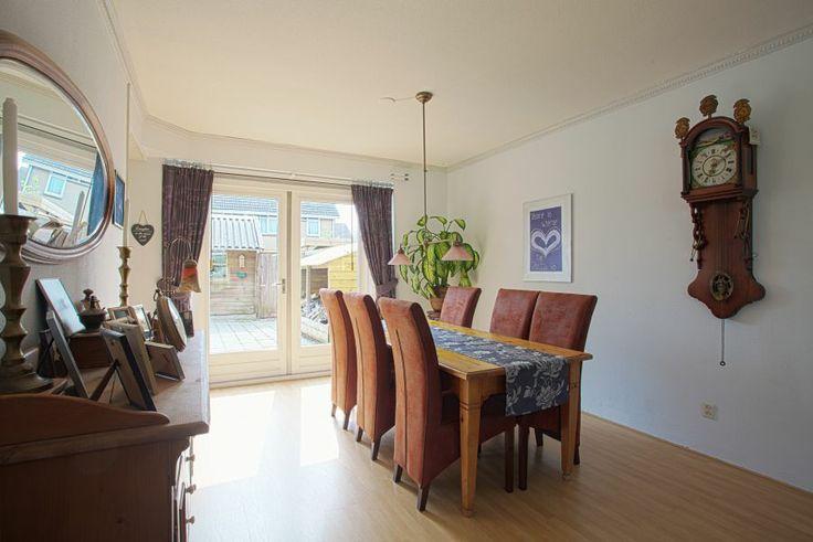 L-vormige woonkamer (ca. 40 m2) met aan de achterzijde openslaande tuindeuren naar de ruime achtertuin.