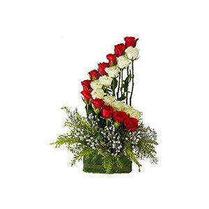 12 best images about miniature flower arrangements on for Small rose flower arrangement