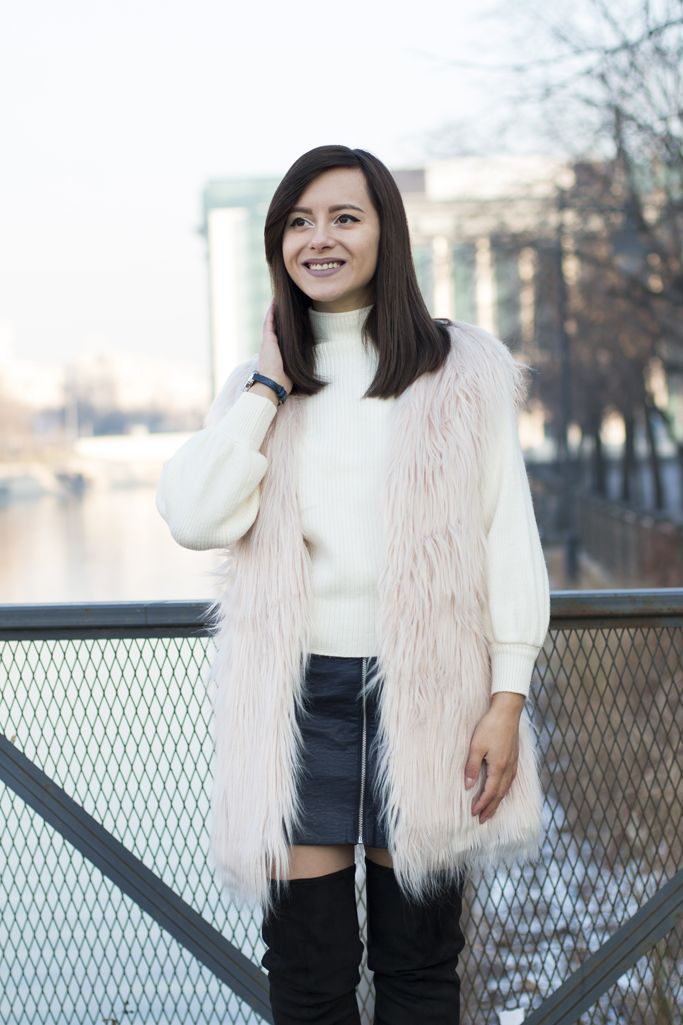 The perfect look for a warm winter day! #fauxfurvest #furvest #pinkfur #winterlook #winteroutfit #visiononfashion #fashion #fashionblogger #streetstyle #overthekneeboots #leatherskirt