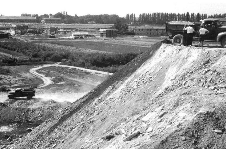 """Nel 1947 inizia la """"costruzione"""" della montagnetta di San Siro, il Monte Stella, nell'ambito del progetto del quartiere sperimentale QT8 (Piero Bottoni). Nella foto, macerie e materiali vari vengono scaricati da vecchi camion americani residuati bellici."""