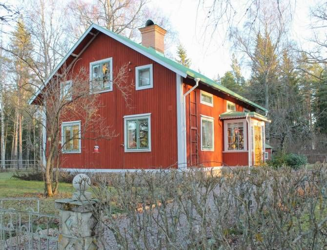 Erikas hus, byggt 1911. Foto: Erika Åberg #gamla #hus #trädgårdar #rödfärg #plåttak #byggnadsvård #veranda #fönster #pardörrar #linoljefärg