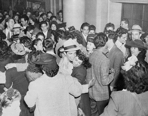 zoot suit riots struggle mexican american youths The zoot suit riots were sparked by one of the largest and most the pachucos, and illustrate how mexican american (chicano) youth were establishing a distinct and june 3 when naval servicemen and zoot suit clad mexican american (chicano) youth clashed in the alpine.