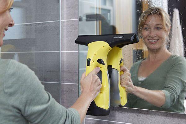La corvée du nettoyage de vitres ne fait plaisir à personne. Elle peut être cependant facilitée avec l'aspirateur laveur Karcher WV2 Plus.