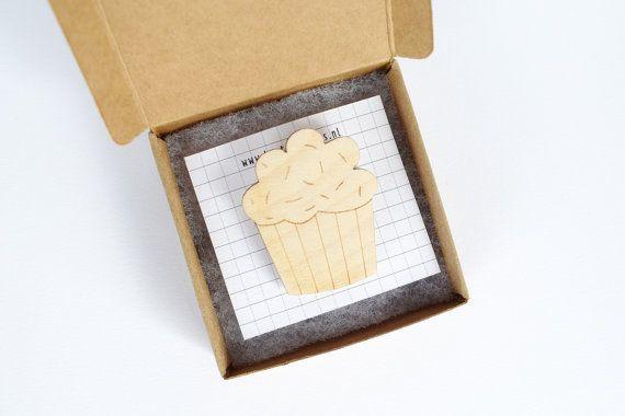 Cupcake broche, houten broche, lasergesneden, houten sieraden, cupcake sieraden, feest, party, muffin speld, muffin broche