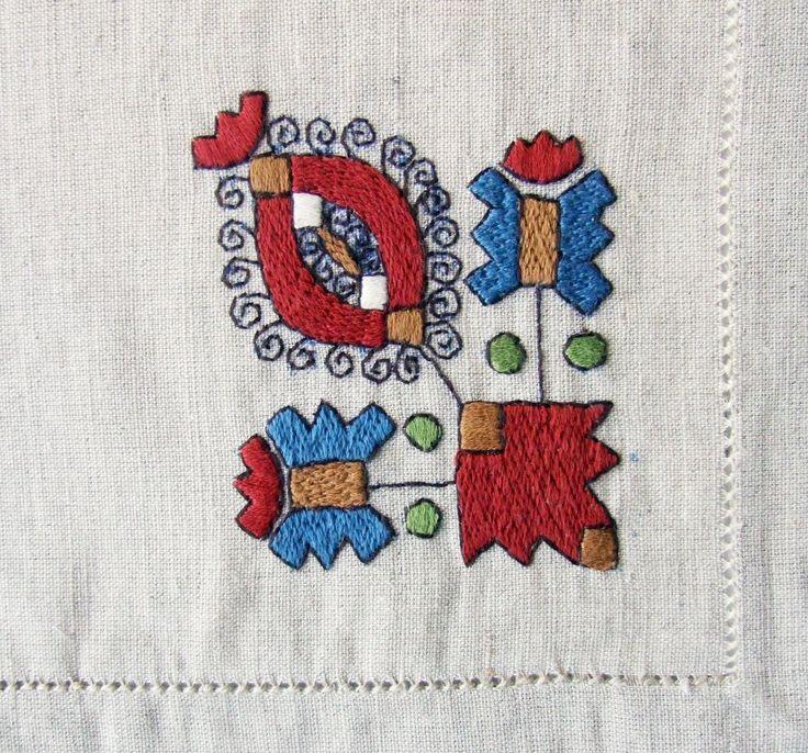 Dr. Apátiné Csapó Anna (hímző) Sárközi színes hímzéses terítő http://www.folio.hu/kepek/fa/500158_r1.jpg