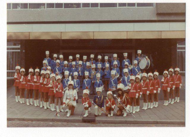 Groepsportret van het Drumband en Majorettenpeloton Belcrum Boys en Girls