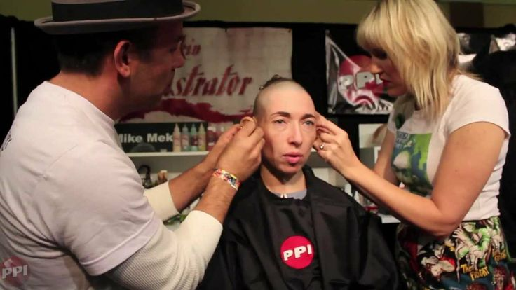 American Horror Story makeup Watch the makeup process as actress Naomi Grossman talks about her experience as Pepper, and see her interact with the crowd.