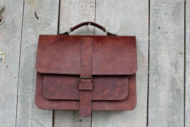 Klasyczna torba - aktówka wykonana ze skóry naturalnej, szyta ręcznie. Bardzo elegancka, idealna na ramię, do ręki, na krzyż, zapinana na klamrę, w środku duża kieszeń na zamek, przegroda,  pasek...