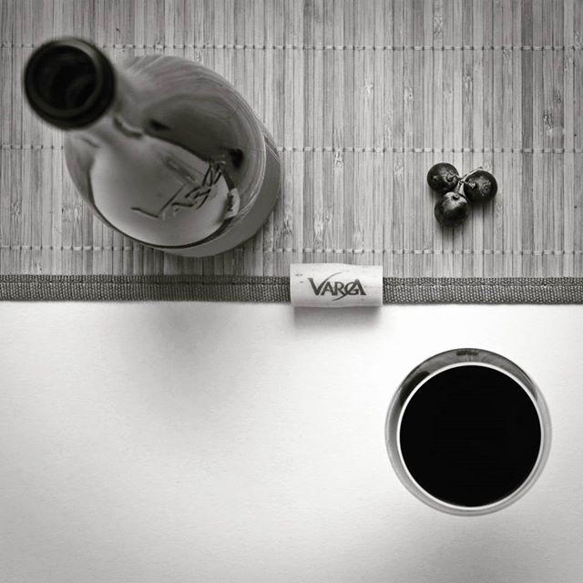 #wineminimal :) #mik #ikozosseg #vargapinceszet #vargaborinsta #bnw #blackandwhite #redwine #minimalism #vonalak #korok #feketefeher #borgia #borozasi #vorosbor #wine #minimal