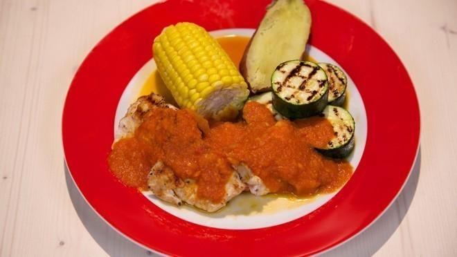 Kip met pittige salsa, zoete aardappel en maiskolf