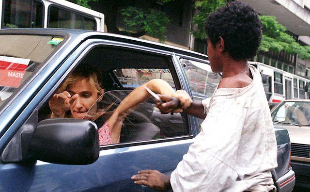 Foto na História: Mulher enfrenta marginal mirim no trânsito do RJ