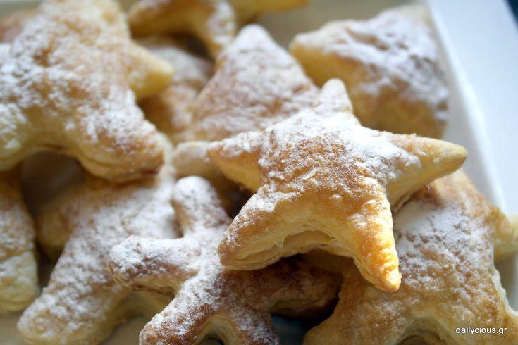 Τραγανά σφολιατίνια με λίγη ζάχαρη για σνακ ή πρωινό σε εορταστική ατμόσφαιρα!