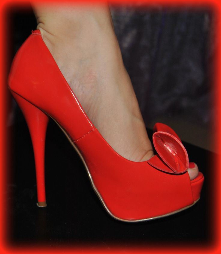 red-orange bow high-heel