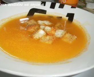 Creme de abóbora e gengibre com croutons caseiros de alho e manjericão
