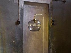Das starke norwegische Designerpaar Morten & Jonas hat eine ausdrucksvolle Lampe entworfen, die in all ihrer Schlichtheit ein angenehmes Licht gibt. Wählen Sie unsere Flachmann LED Birne, um durch den transparenten Lampenschirm ein besonders schönes, grafisches Licht zu erhalten. Die Lampe steht auf einem schönen Fuß aus Marmor.