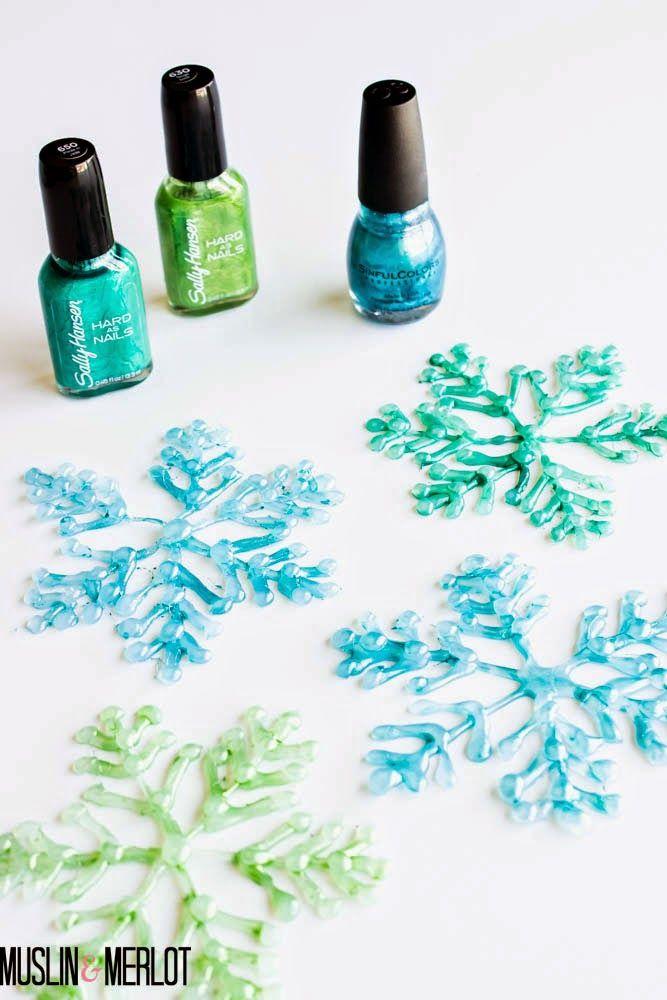 flocos de neve feito com cola quente e pintados com esmalte