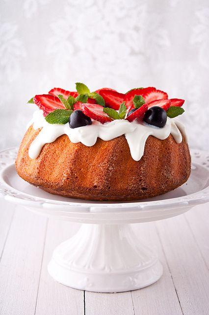 Этот замечательный кекс готовится очень просто, из минимума ингредиентов. У него насыщенный вкус, довольно плотная, но влажная текстура за счет добавления крим…
