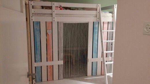 """Als basis het bed Storå van Ikea. Om het een strandeffect te geven heb ik planken in verschillende kleuren """"verweerd"""" gemaakt. Onder het bed een chill plekje"""