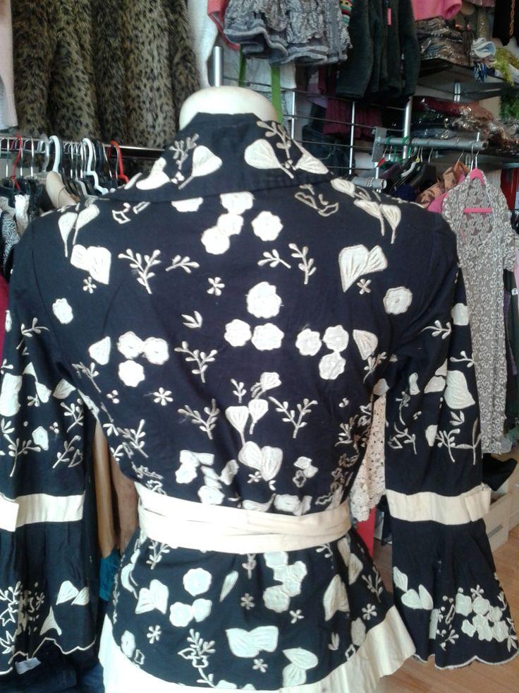 ALMATRICHI Camisa negra con bordados color crudo Ribete de cinta blanca Abrochada con lazo alrededor de la cintura Mangas con un lazo de adorno 100% algodón Talla 36 Perfecto estado