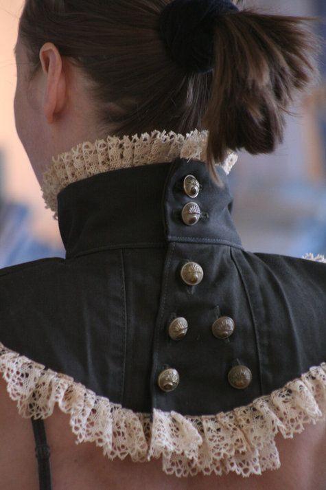 Officierskraag met een ruches met een overkruis in de rug (eventueel plat stuk of platliggende kraag)