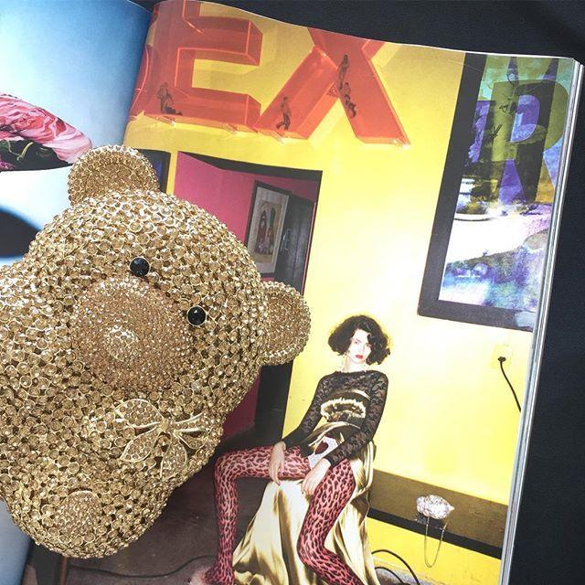 Bom dia com alerta de fofura! ❤️ Nossa clutch de ursinho na @voguebrasil de Fevereiro. 😍 In love!