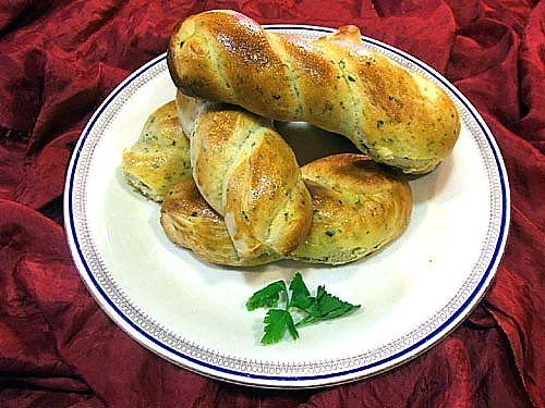 Queste piccole trecce di pane profumate d'aglio e prezzemolo accompagnano bene piatti di pesce http://www.cookaround.com/yabbse1/showthread.php?t=35592