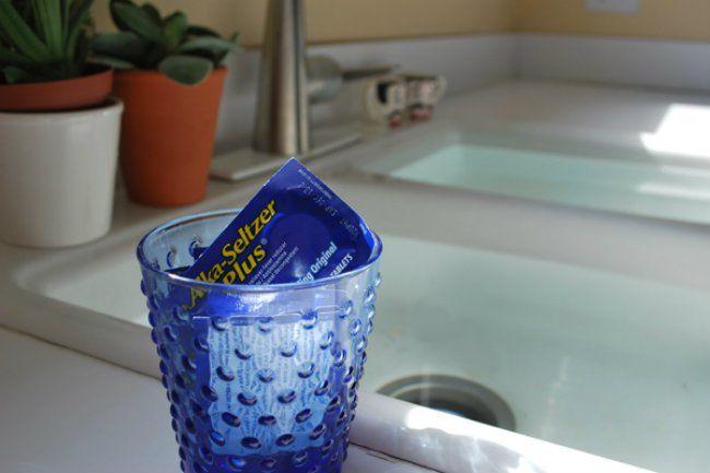 Introduce unas pastillas efervescentes por el desagüe atascado de tu lavabo o fregadero. Después, añade una taza de vinagre de vino blanco. Transcurridos 10 minutos, enjuágalo todo con agua hirviendo.