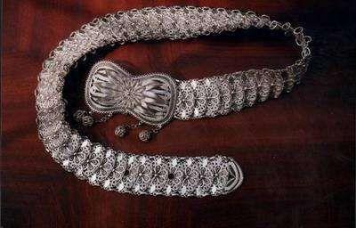 sivas gümüşü kemer.Gümüş işçiliği şehrin en önemli ince işçilik sanatıdır.ahşap kalıplardan hazırlanarak tel ve ince levha haline getirilerek gümüş kaplanmaktadır..