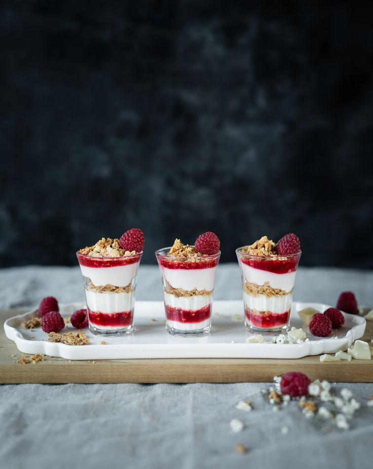 Hej! Vad sägs om en snabbfixad dessert med hallon och rostad vit choklad? Tillsätt mascarpone och lite sötma så har du en god avslutning till helgens middag.Den här desserten funkar också...