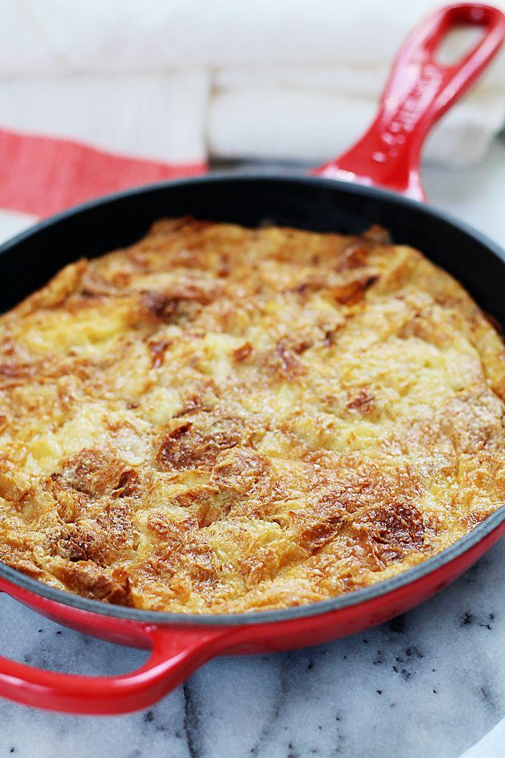 Deze broodpudding wordt gemaakt van (oudere) croissants en is heerlijk zoet, zacht én heel eenvoudigte maken. Verwarm de oven voor 150 graden.Vet een ovenschaal (of ovenbestendige pan) in met wat boter. In een grote kom klop je het ei, suiker, melk en zout met een garde kort door. Voeg de stukken croissant toe en schep …