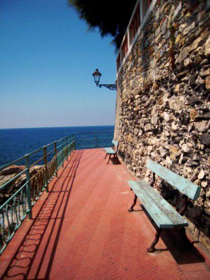 Immagine di http://images.placesonline.com/photos/59721_genova_la_passeggiata_di_nervi.jpg.