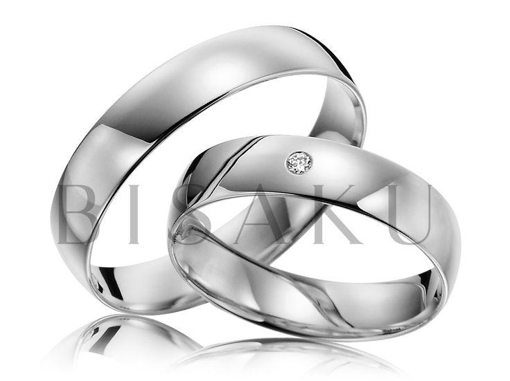 R137 Tyto palladiové prsteny můžeme popsat velmi jednoduše - naprostá jednoduchost a nestárnoucí krása - chtělo by se říct klasika. A kdo by chtěl na své ruce nosit něco komplikovaného? Pánský prsten je celý v lesklém provedení, stejně jako dámský, ve kterém je navíc zasazen kamínek. #bisaku #wedding #rings #engagement #svatba #snubni #prsteny #palladium