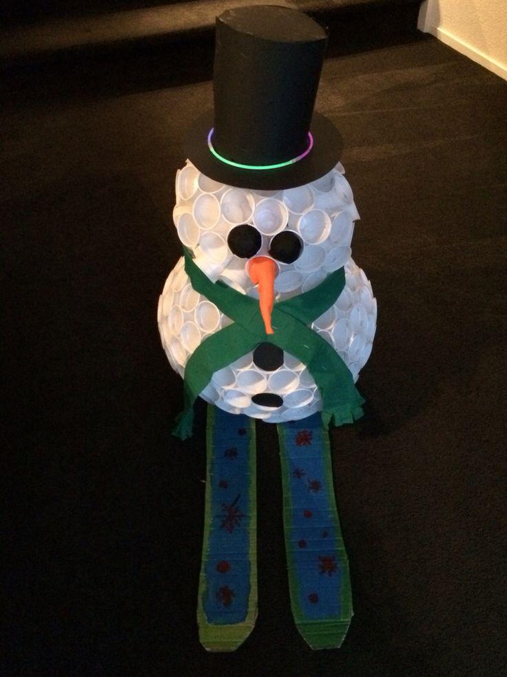 Sinterklaas surprise. Sneeuwpop van plastic bekertjes.