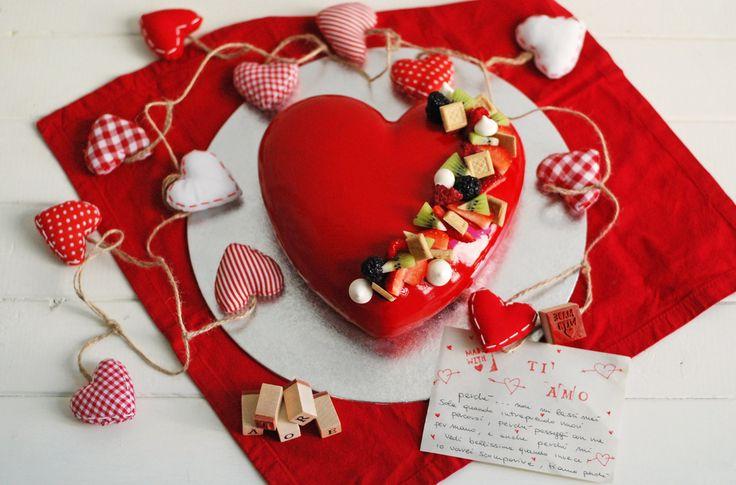 Cuore di mousse al cioccolato fondente con lamponi freschi, glassa lucida rossa, frutta, meringhe e mini cialde Bussy per San Valentino