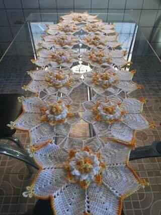 Lindo caminho de mesa em crochê                                                                                                                                                                                 Mais