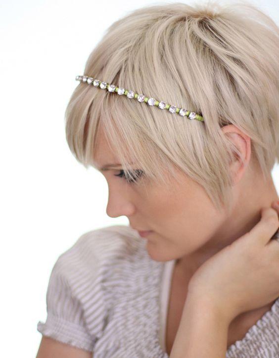 Idées coiffure pour se coiffer avec bandeau cheveux courts  #coiffure  #BandeauCheveux  #AccessoiresCheveuxChic  #accessoirescheveux   http://www.accessoirescheveuxchic.com/blog/coiffure/cheveux-court/coiffure-bandeau-cheveux-court/ - Board mescheveux/tuto-de-coiffure