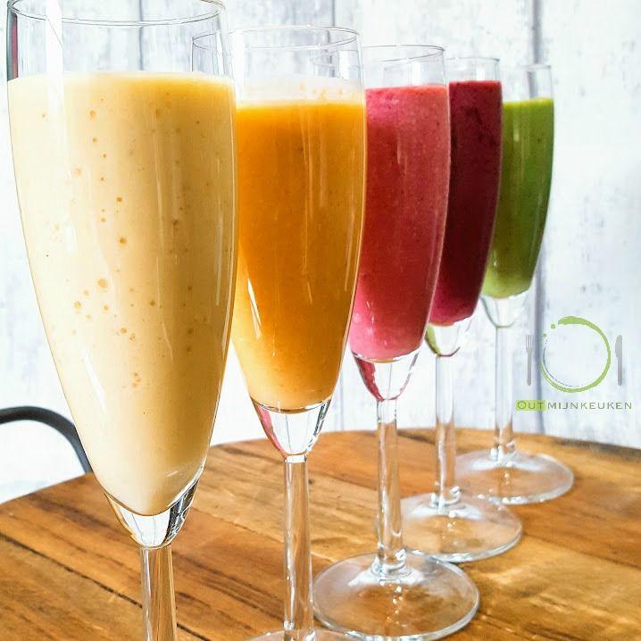 Vijf verschillende soorten ontbijt smoothies met veel fruit en groente en op basis van Griekse yoghurt. Vitamine bommetjes!