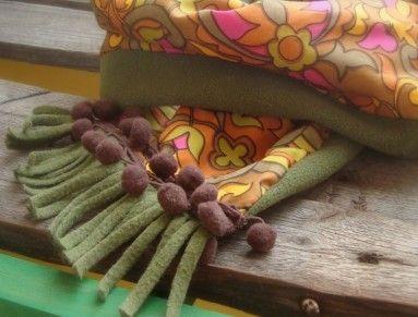 4bf9b134245 Recy šála je ušita z fleecu tm.olivově zelené barvy s třásněmi ...