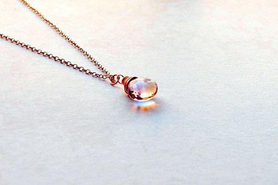 Color de rosa de oro collar de Ametrine  Un grado del AAA, con facetas, Ametrine Briolette ha sido envuelta de alambre con la mano. El colgante cuelga en una 14k Rose llena salto anillo de oro de un fino, 14 K Rose rastro cadena de oro, el cierre y la etiqueta se estampan 1/20 14 K. Oro llenado o Laminado en oro consiste en una capa sólida de 14K que Rose Gold adherido permanentemente a la capa de base en este caso plata. La capa mínima de oro debe ser igual a por lo menos 1/20 del ...